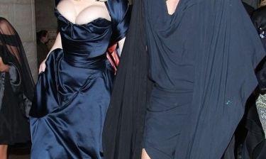 Σε ποια κυρία ανήκουν αυτά τα... τρομακτικά μεγάλα στήθη; (και όχι δεν είναι η Pamela)
