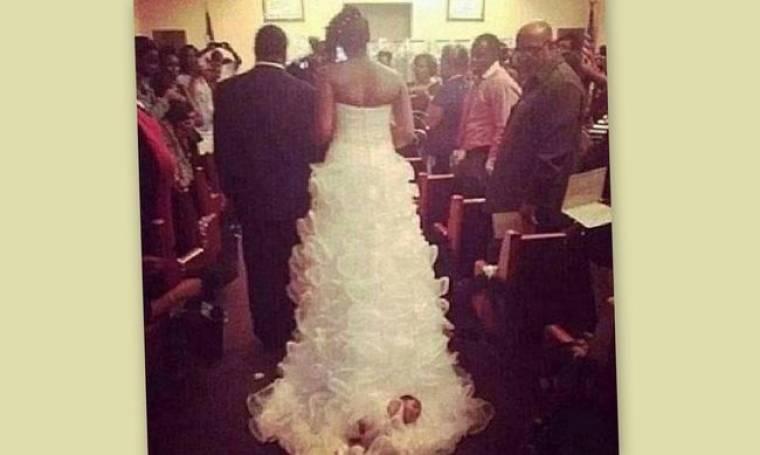 Απίστευτο! «Έραψε» το μωρό της πάνω στο νυφικό της και το έσερνε!
