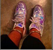 Με ασημένια παπούτσια και βραχιόλια στα πόδια