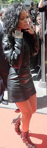 Κι όμως είναι η  Rihanna… ντυμένη!