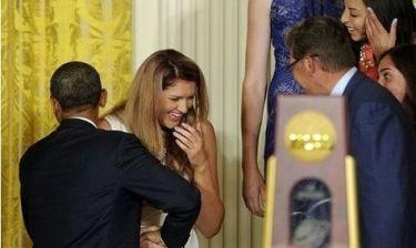 Μπασκετμπολίστρια χάνει την ισορροπία της και «πέφτει στην αγκαλιά» του Ομπάμα!