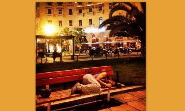 Γνωστή Ελληνίδα τραγουδίστρια κοιμάται στο παγκάκι!