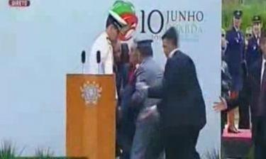 Λιποθύμησε ο πρόεδρος της Πορτογαλίας επειδή του φώναζαν να παραιτηθεί!