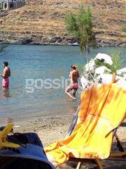 Αγκαλίτσες και φιλάκια στα νερά της Κύθνου