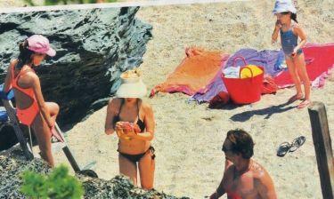 Ελένη Μενεγάκη: Με τα παιδιά της και τον Ματέο στην παραλία
