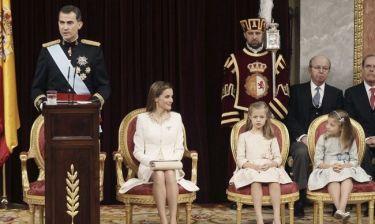 Στιγμιότυπα από την ενθρόνιση του νέου βασιλιά της Ισπανίας, Φιλίππου Στ' και το φιλί της Λετίθια