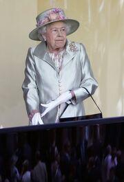 Τι έπαθε η Βασίλισσα Ελισάβετ και πετάχτηκε όρθια;