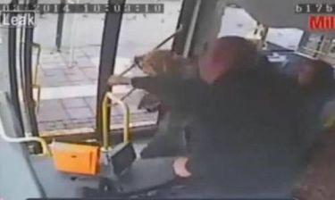Βίντεο: Οδηγός λεωφορείου χαστουκίζει γυναίκα στην Τουρκία