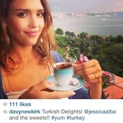 Jessica Alba: Το ταξίδι της στην Τουρκία και η λατρεία της στον παραδοσιακό καφέ