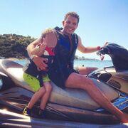 Γρηγόρης Μπιθικώτσης: Βουτιές και θαλάσσια σπορ με τον γιο του