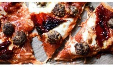 Η απόλυτη πίτσα του Μουντιάλ: Σπιτική ζύμη, μοτσαρέλα, πιπεριές και… κεφτεδάκια!