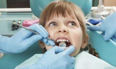 Πρώτη επίσκεψη στον οδοντίατρο με το παιδί μας: Πώς πρέπει να το προετοιμάσουμε;