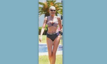 Με 60's look στην παραλία η…