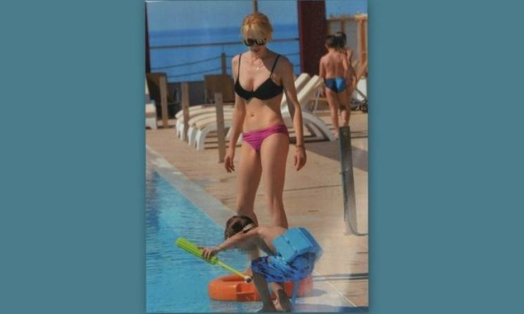 Νίκη Κάρτσωνα: Παιχνίδια στην πισίνα με τον γιο της