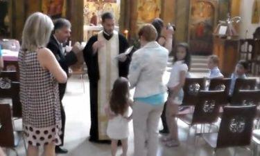 Απίστευτο βίντεο. Το μωρό είπε ότι δεν θέλει να βαφτιστεί και ο παππάς πέταξε το πετραχήλι και έφυγε!