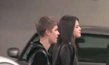 Μέχρι και… στήθος θα βάλει η Gomez για να μην χάσει τον Bieber