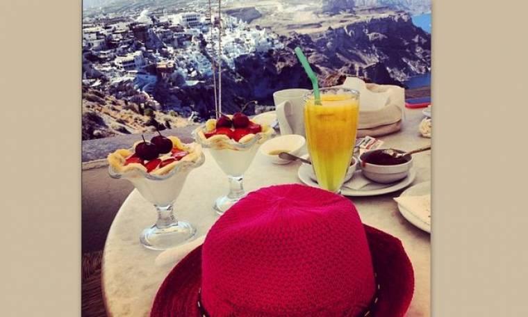 Ποια παρουσιάστρια δελτίου ειδήσεων απολαμβάνει το πρωινό της στην Σαντορίνη;