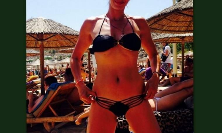 «Καύσωνα» έφερε στην παραλία φορώντας το σέξι μαγιό της η…