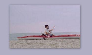 Παρουσιαστής κάνει κουπί στην άμμο- Τι του συμβαίνει;