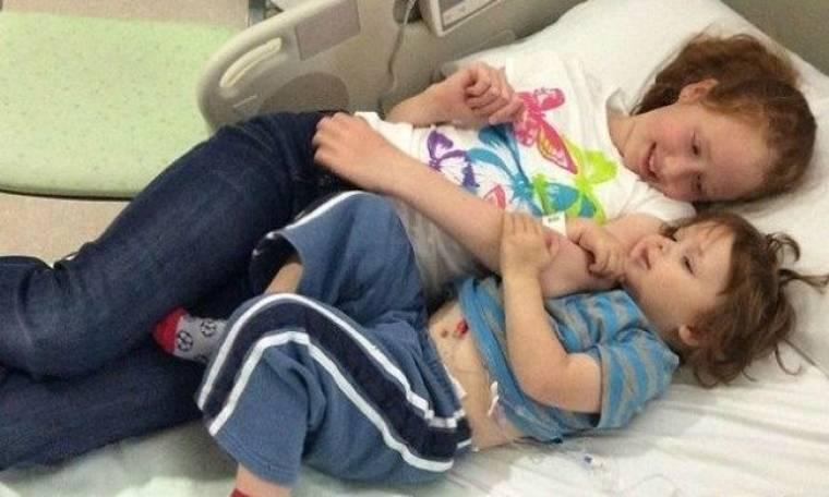 Μια πολύ συγκινητική φωτογραφία με πρωταγωνιστές δυο αδελφάκια 10 και 3 ετών!