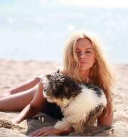 Ρια Αντωνίου: Παιχνίδια στην άμμο με τον σκύλο της (φωτο)