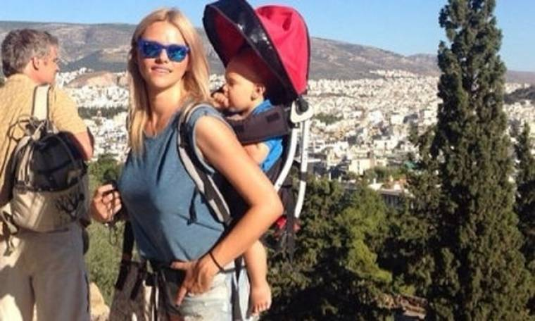 Στην Ακρόπολη με το γιο της στην πλάτη