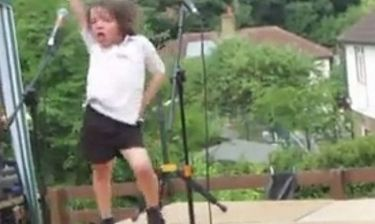 Κάντο όπως η Lady Gaga! Αυτός ο πιτσιρικάς το ρίχνει στο χορό και οι συμμαθητές του τον αποθεώνουν! (βίντεο)