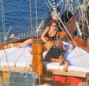 Ο «Εζέλ» σε τρυφερά τετ-α-τετ με την σύντροφό του πάνω σε σκάφος (φωτο)