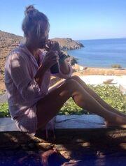 Νέα φωτό της Σκορδά από τις διακοπές της στην Τήνο: Μας κερνά παγωμένο καφέ!