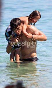Κώστας Κατσουράνης: Παιχνίδια στην θάλασσα με τον γιο του