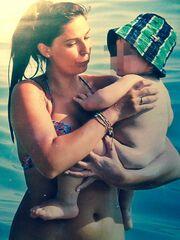 Οι πρώτες βουτιές της Κατερίνας Παπουτσάκη με τον γιο της