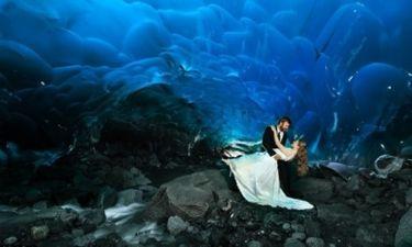 Απίστευτο! Πόζαραν για τις φωτογραφίες του γάμου τους σε παγοσπήλαιο