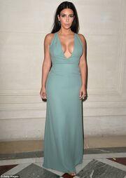 Kim Kardashian: Δείτε την να κάνει ηλιοθεραπεία topless!