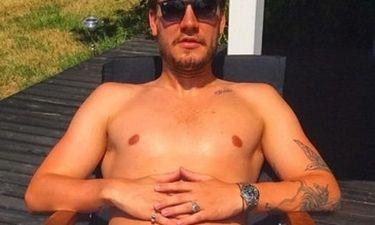 Γνωστός ποδοσφαιριστής φωτογραφίζεται γυμνός μόνο με…
