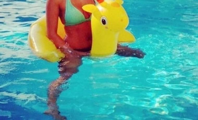 Παίζει στην πισίνα και το χαίρεται!