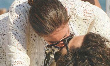 Μύκονος 2014: Καυτά φιλιά μπροστά στα αδιάκριτα βλέμματα!