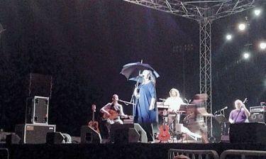 Με… ομπρέλα στην σκηνή η Χάρις Αλεξίου