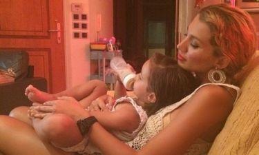 Σπυροπούλου: Ταΐζει την ξαδερφούλα της με το μπιμπερό