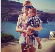 Η Νάταλι Θάνου μαζί με τον γιο της παντού