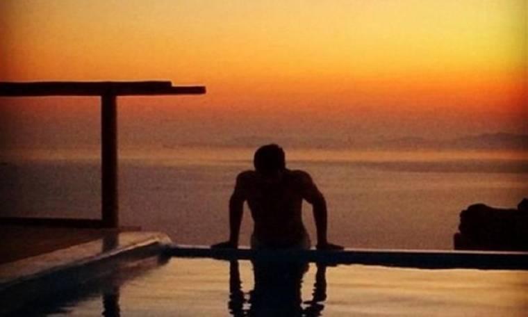 Απολαμβάνει το μπάνιο του με θέα το ηλιοβασίλεμα