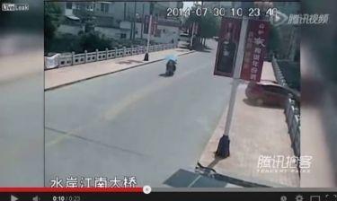Θέλησε να δοκιμάσει το αμάξι της και το έριξε από... γέφυρα! (βίντεο)