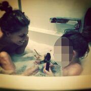 Ελληνίδα παρουσιάστρια στην μπανιέρα με την κόρη της