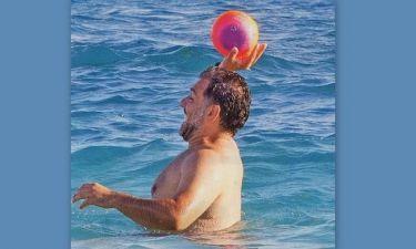 Ο Αρναούτογλου παίζει βόλεϊ στην θάλασσα
