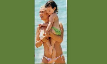 Δείτε την Καραβάτου με μπικίνι αγκαλιά με την κόρη της