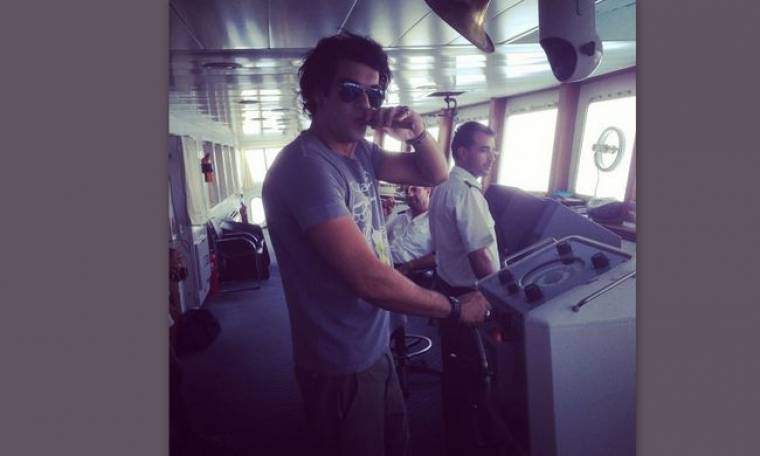 Ο καπετάνιος Μάνος Ιωάννου καπνίζει το πούρο του και η Γερμανού...