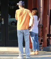 Mila Kunis: Την έπιασαν οι λιγούρες και πήγε για φαγητό