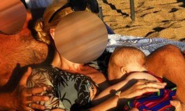 Δείτε πασίγνωστη Ελληνίδα να θηλάζει τον γιο της στην παραλία