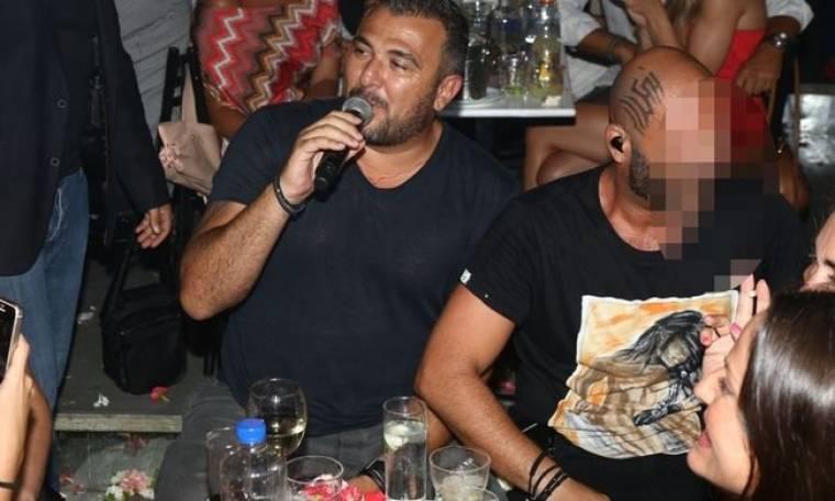 Δε θα πιστεύετε ποιος είναι ο τραγουδιστής δίπλα στον Ρέμο, που χτύπησε tattoo στο κεφάλι του!