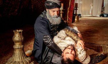 Ο σουλτάνος γονατίζει και κλαίει κρατώντας το άψυχο σώμα του γιου του!