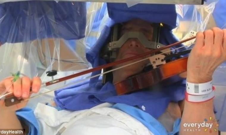 Απίστευτο: Βιολιστής παίζει βιολί την ώρα που χειρουργείται στον εγκέφαλο